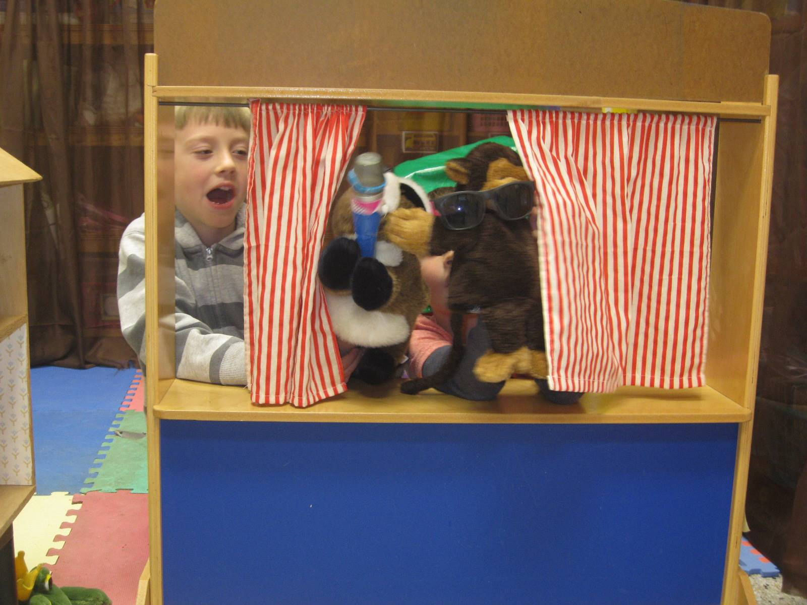 Cooperation! Puppets doing a singing show in the puppet theater!