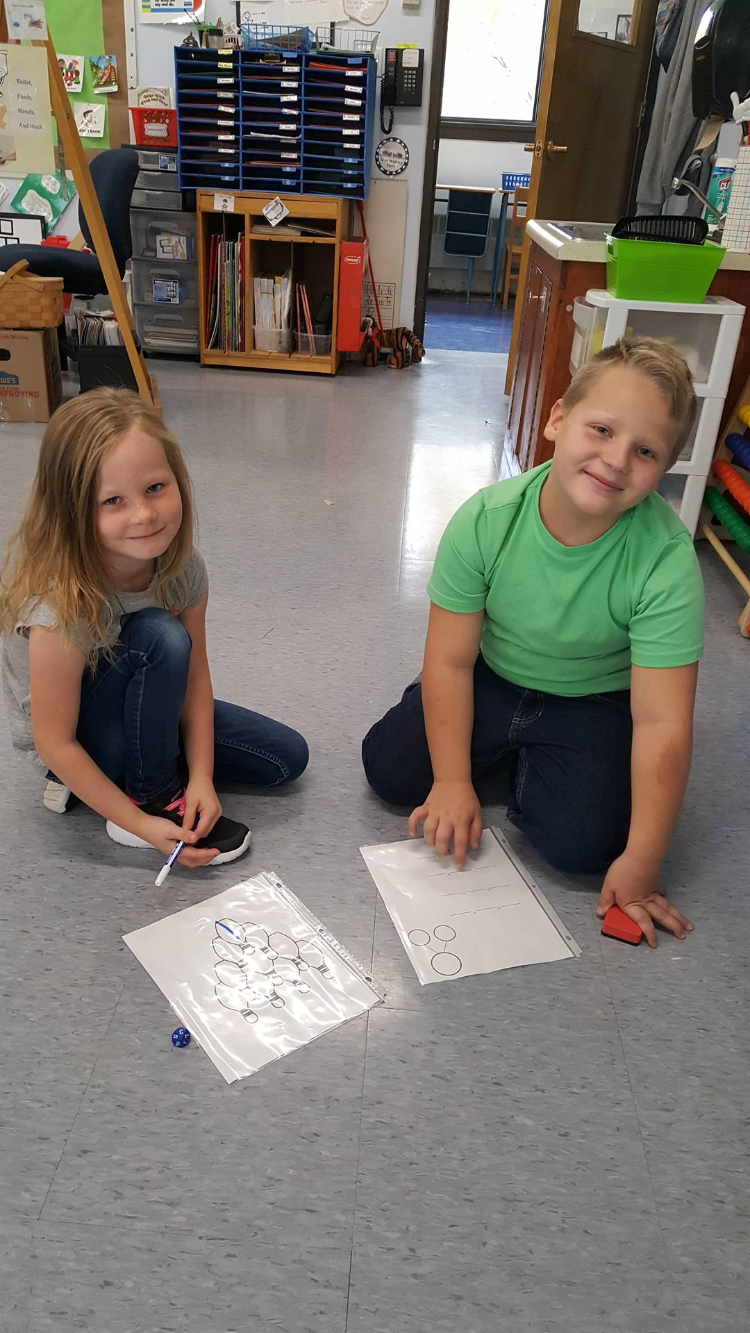 2 first graders play a game.