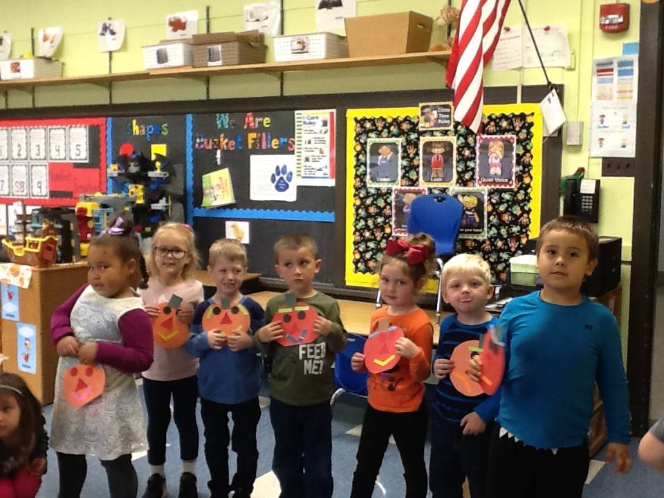 A pre k class matches their face with their pumpkin face!