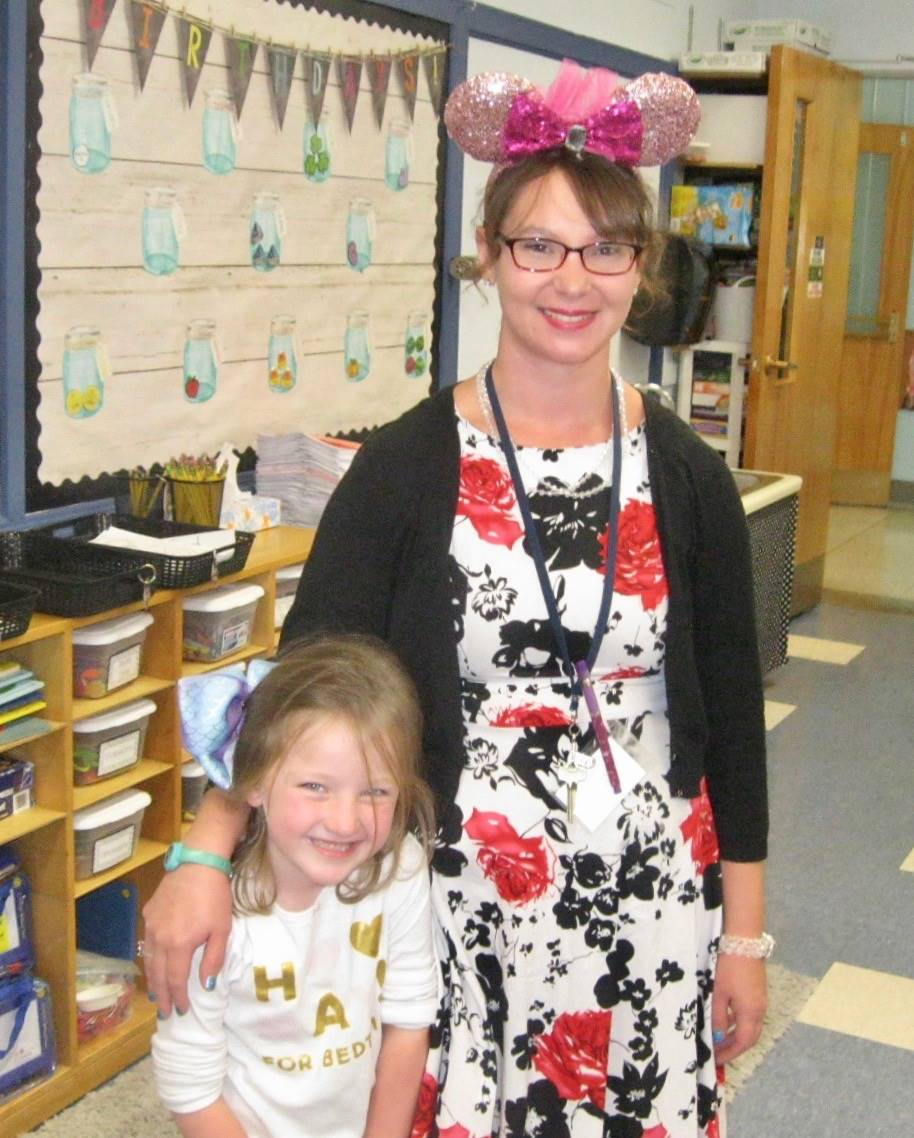 Minnie mouse hugs a student.
