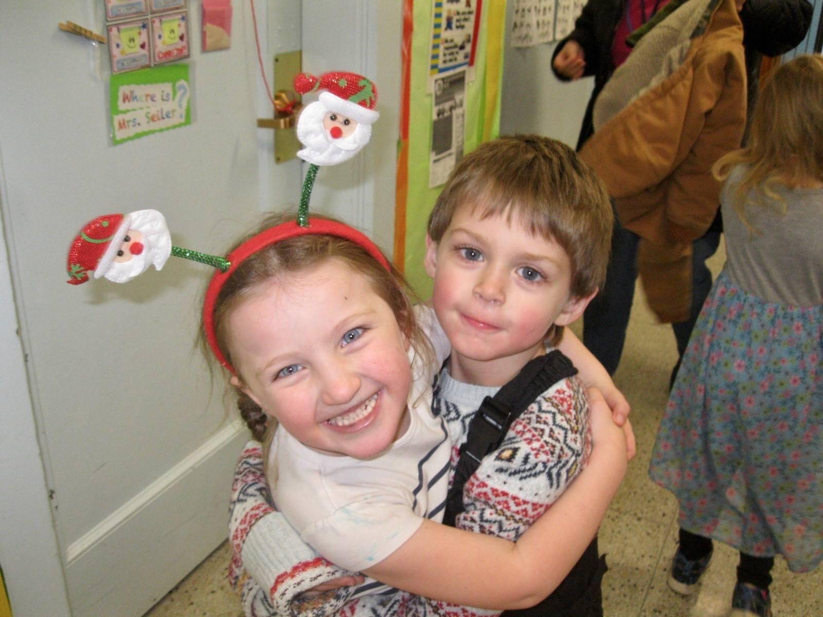 2 students hug.