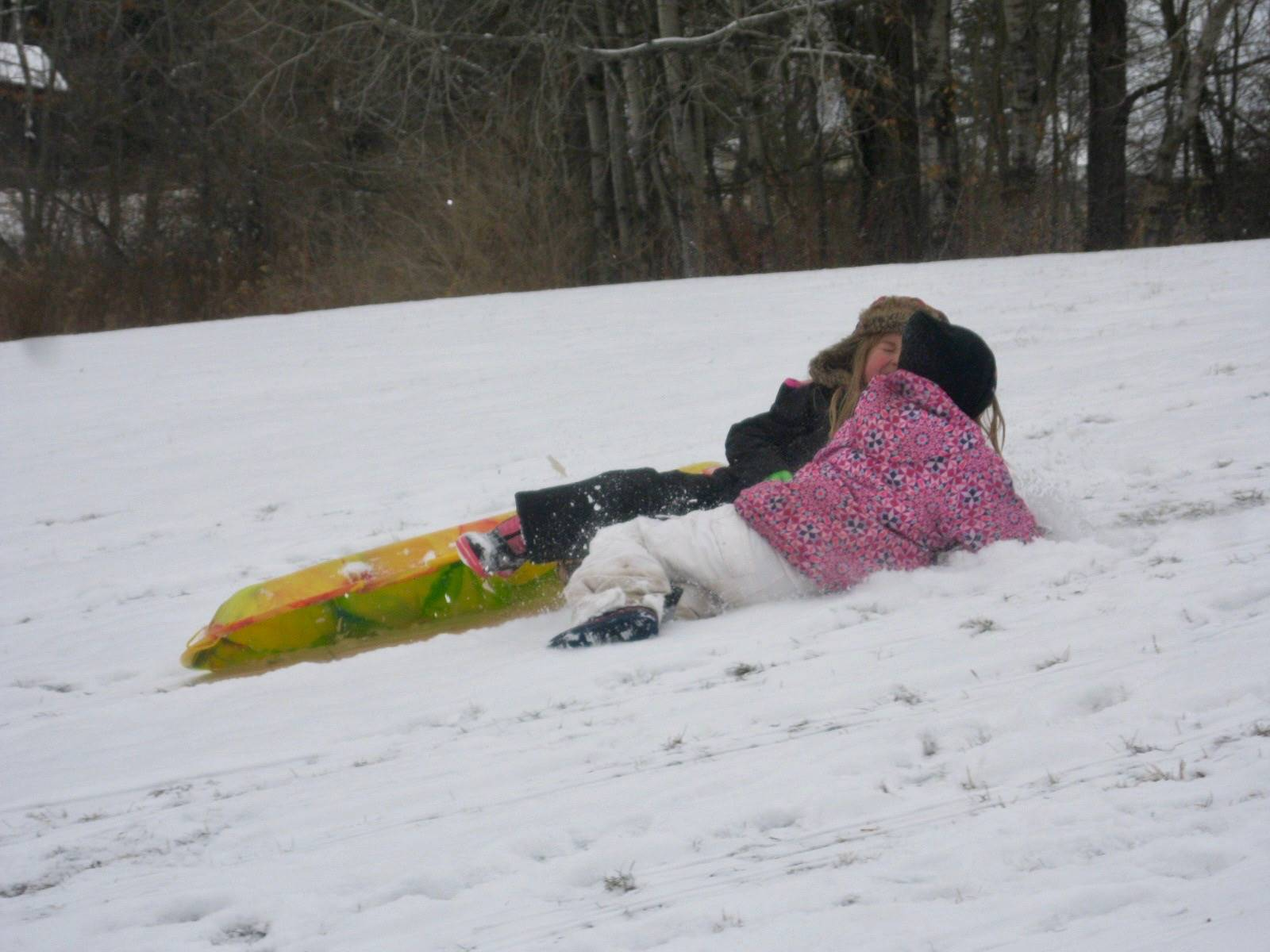 2 students crashed during sledding on the hill.