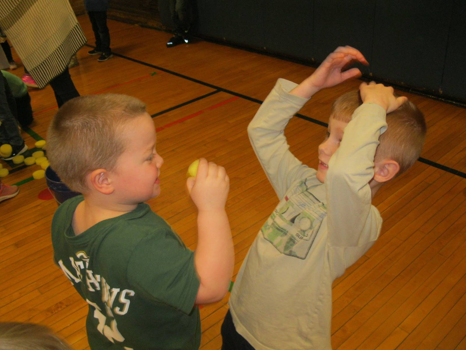 2 students try teamwork.