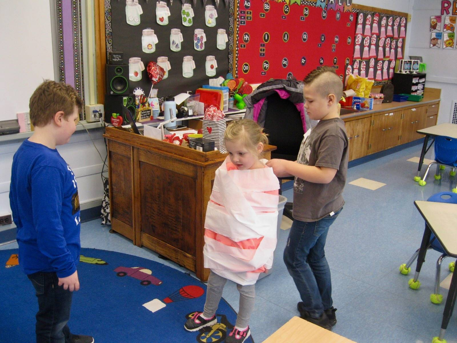 """3 students play """"mummy wrap"""" in 100 seconds."""